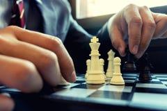 Белизна короля шахматной фигуры пользы шахмат игры бизнесмена для того чтобы разбить открытое Стоковое Изображение