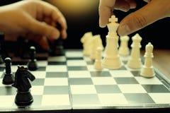 Белизна короля шахматной фигуры пользы шахмат игры бизнесмена для того чтобы разбить открытое Стоковая Фотография