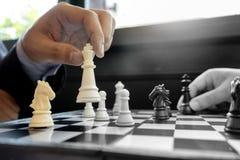 Белизна короля шахматной фигуры пользы шахмат игры бизнесмена для того чтобы разбить открытое Стоковые Изображения RF