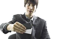 белизна костюма человека удерживания визитных карточек серая Стоковое фото RF