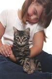 белизна котенка удерживания ребенка Стоковое Изображение