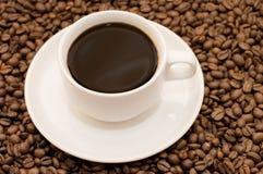 белизна кофейной чашки фасолей заполненная Стоковая Фотография