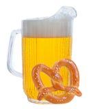 белизна кренделя питчера пива Стоковая Фотография