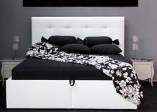 белизна кровати черная Стоковые Изображения