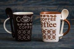 Белизна, кружки кофе Брайна керамические на деревянной предпосылке Стоковое Изображение RF
