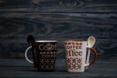 Белизна, кружки кофе Брайна керамические на деревянной предпосылке Стоковая Фотография