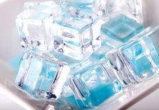 белизна кубиков изолированная льдом стоковое фото