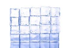 белизна кубиков изолированная льдом Стоковые Изображения RF