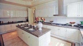 белизна кухни конструкции кухонного шкафа самомоднейшая стоковое изображение rf