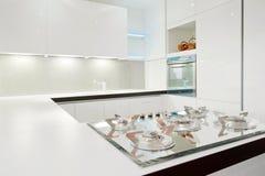 белизна кухни самомоднейшая Стоковое фото RF