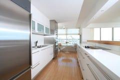 белизна кухни самомоднейшая Стоковая Фотография RF