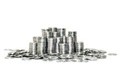 белизна кучи предпосылки изолированная монетками Стоковая Фотография RF