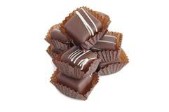 белизна кучи шоколадов backroung Стоковое фото RF