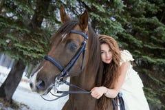 белизна лошади девушки платья Стоковое Фото