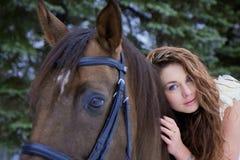 белизна лошади девушки платья Стоковые Фотографии RF