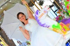 белизна лошади carousel невесты Стоковое Изображение