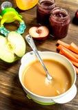 белизна макарон еды предпосылки младенца сырцовая На деревянной предпосылке Стоковое Фото