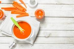 белизна макарон еды предпосылки младенца сырцовая Пюре моркови младенца с молоком в бутылке Стоковое фото RF