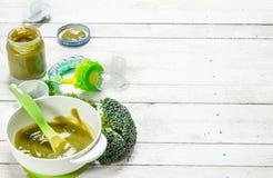 белизна макарон еды предпосылки младенца сырцовая Пюре младенца от брокколи Стоковая Фотография