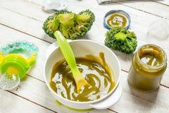 белизна макарон еды предпосылки младенца сырцовая Пюре младенца от брокколи Стоковое Фото