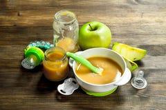 белизна макарон еды предпосылки младенца сырцовая Пюре младенца от зеленых яблок Стоковые Изображения RF