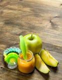 белизна макарон еды предпосылки младенца сырцовая Пюре младенца от зеленых яблок Стоковое Изображение