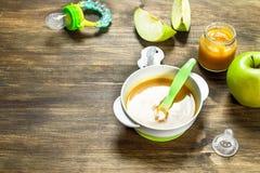 белизна макарон еды предпосылки младенца сырцовая Пюре младенца от зеленых яблок Стоковая Фотография