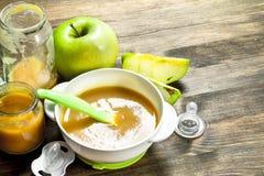 белизна макарон еды предпосылки младенца сырцовая Пюре младенца от зеленых яблок Стоковая Фотография RF