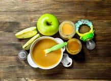 белизна макарон еды предпосылки младенца сырцовая Пюре младенца от зеленых яблок Стоковое Фото