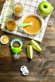 белизна макарон еды предпосылки младенца сырцовая Пюре младенца от зеленых яблок Стоковое фото RF