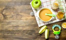 белизна макарон еды предпосылки младенца сырцовая Пюре младенца от зеленых яблок Стоковое Изображение RF