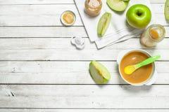 белизна макарон еды предпосылки младенца сырцовая Пюре младенца от свежих зеленых яблок Стоковые Изображения