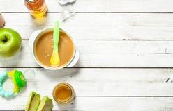 белизна макарон еды предпосылки младенца сырцовая Пюре младенца от свежих зеленых яблок Стоковые Фотографии RF