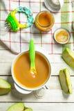 белизна макарон еды предпосылки младенца сырцовая Пюре младенца от свежих зеленых яблок Стоковое фото RF