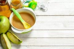 белизна макарон еды предпосылки младенца сырцовая Пюре младенца от свежих зеленых яблок Стоковая Фотография