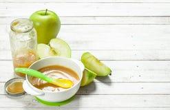 белизна макарон еды предпосылки младенца сырцовая Пюре младенца от свежих зеленых яблок Стоковые Фото