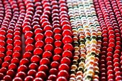 белизна ожерелья предпосылки изолированная шариком Стоковые Изображения RF