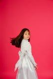 белизна пинка девушки платья предпосылки Стоковое фото RF
