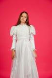 белизна пинка девушки платья предпосылки Стоковые Изображения RF