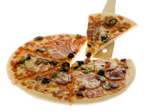 белизна пиццы вырезывания предпосылки стоковая фотография