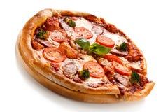 белизна пиццы pepperoni кухни предпосылки итальянская Стоковое фото RF