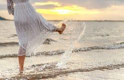 Белизна платья женщин образа жизни ослабляя и наслаждаясь Стоковое Изображение