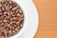 белизна поддонника кофейной чашки фасолей Стоковая Фотография RF