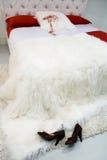 белизна покрывала кровати стоковое фото rf
