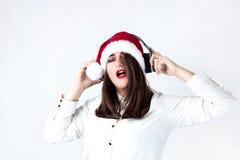 белизна покупкы сбывания девушки рождества предпосылки счастливая Красивая женщина плюс размер в шляпе ov Санта Клауса Стоковое фото RF