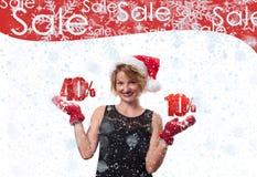 белизна покупкы сбывания девушки рождества предпосылки счастливая Красивая шляпа santa womanin Продажа праздника Стоковые Изображения RF