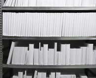 белизна полки книг Стоковая Фотография
