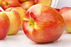 белизна предпосылки яблок сочная зрелая Стоковое Фото