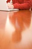 белизна пуловера компьтер-книжки красная Стоковое Фото