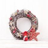 белизна рождества предпосылки Венок рождества с украшением Стоковая Фотография RF
